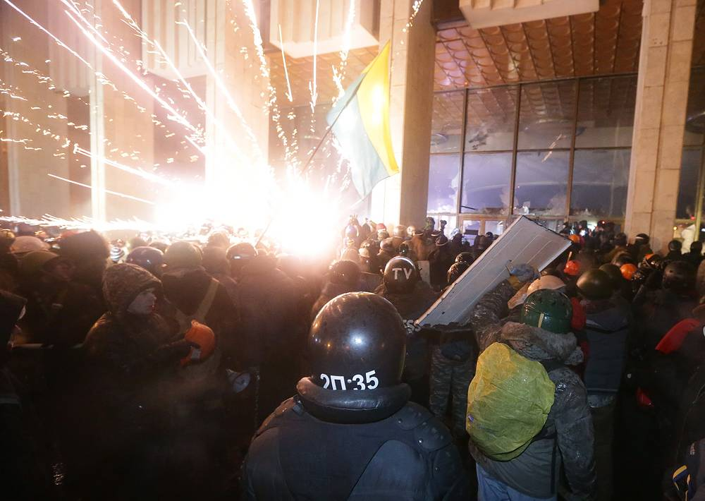 Protesters try to storm Ukraine House, where dozens of riot police were based during an anti-government protest in downtown Kiev, Ukraine, early 26 January 2014