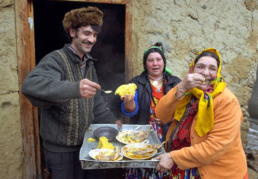 All Romani communities and subgroups have their own traditional dish. For most communities one of the most special dishes is the hedgehog. Photo: a Romani family in Romania, 2004