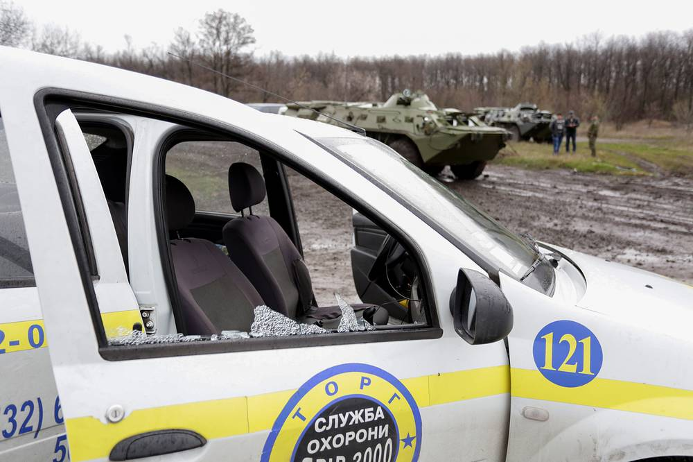 A damaged car was seen on the place of combat with Ukrainian soldiers at a block post on Slavyansk outskirts
