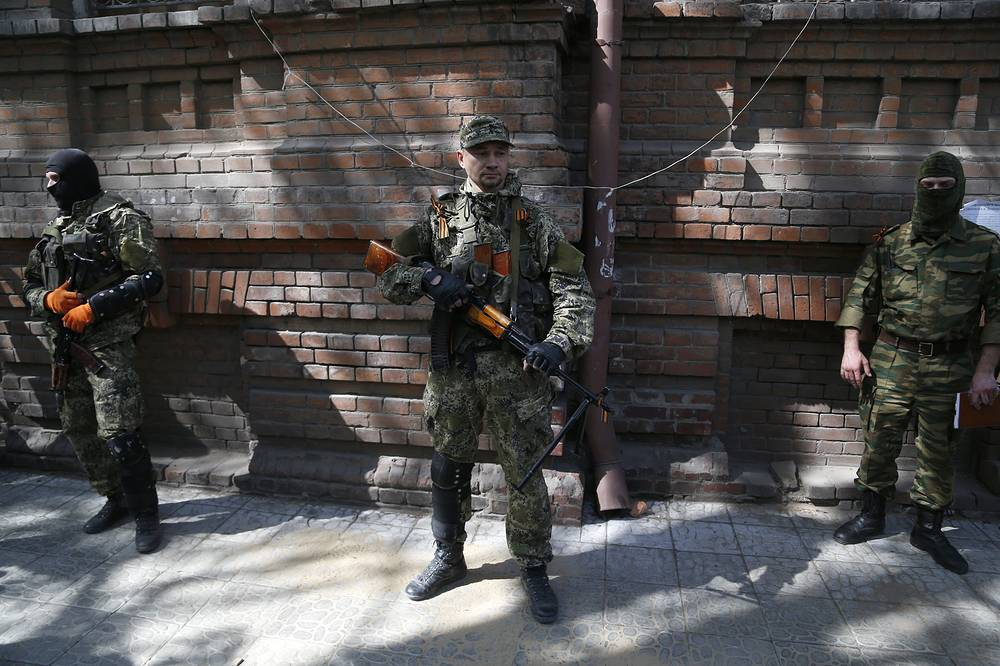 Armed men on the street in Sloviansk