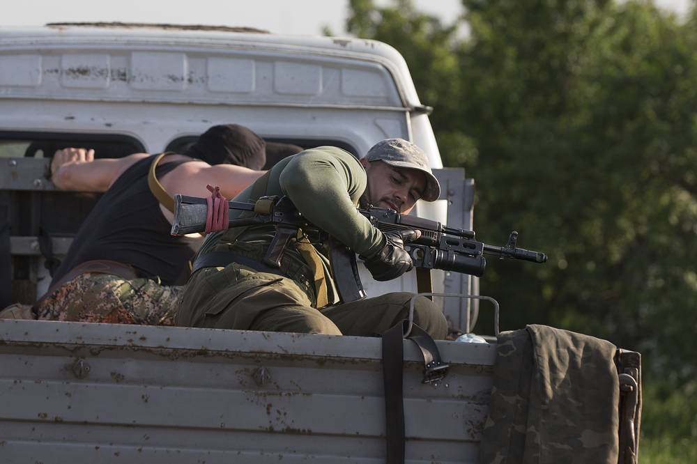 Self-defense activists seen at a checkpoint in Sloviansk May 15