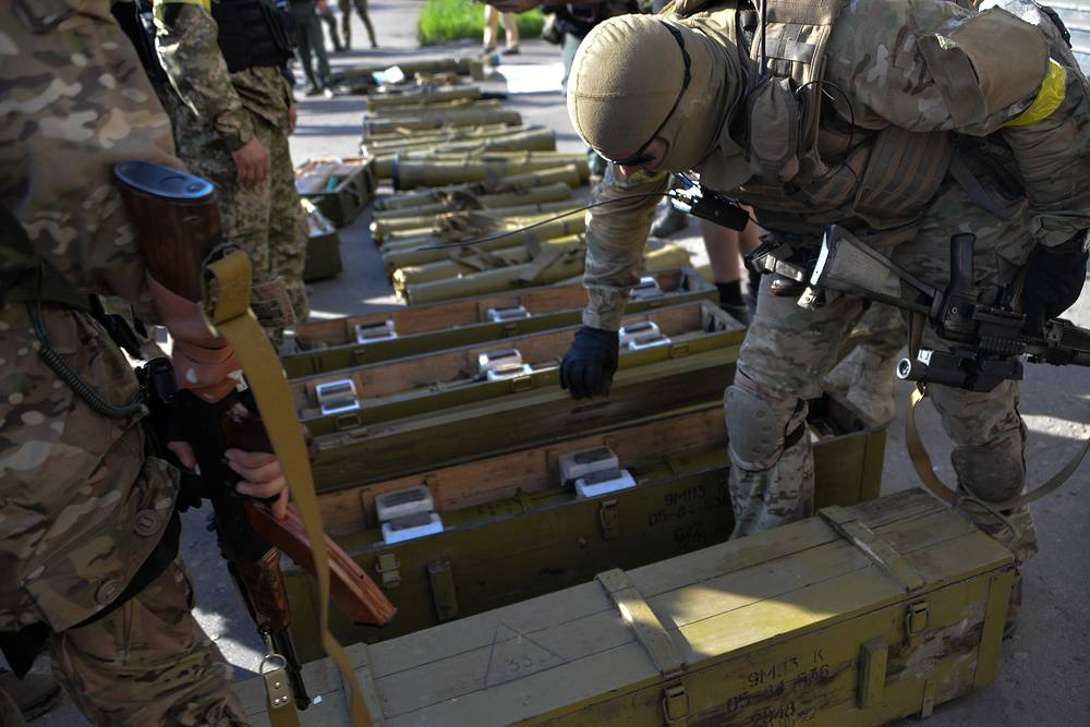 Ukrainian soldiers inspect the weapons captured from the militia in Sloviansk