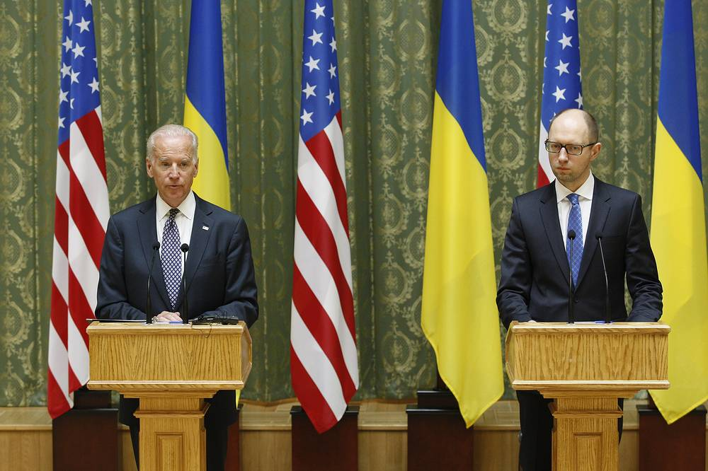 US Vice President Joseph Biden (L) and Arseniy Yatsenyuk