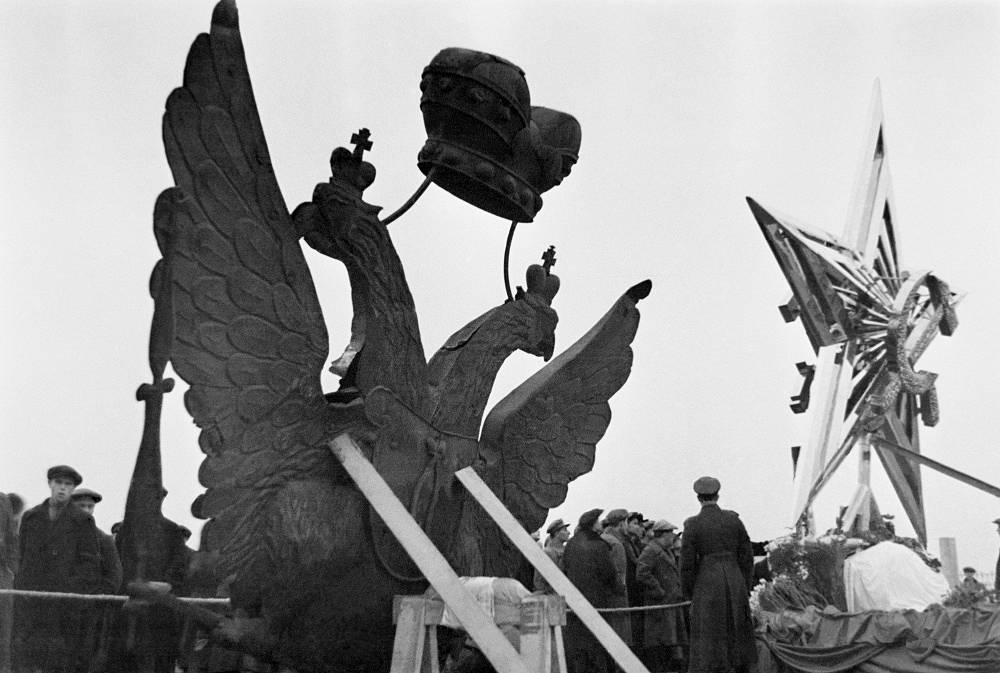 Central Park of Culture and Leisure. A two-headed eagle taken off from the Kremlin tower, and one of the four stars installed on the Kremlin towers in 1935