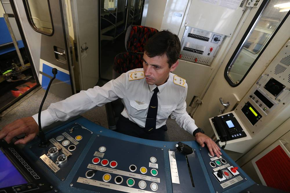 As of 2014, the Moscow Metro has 195 stations and its route length is 325.4 km. Photo: A driver in the cab of a train at Varshavskoye Depot on Serpukhovsko-Timiryazevskaya Line of the Moscow Metro