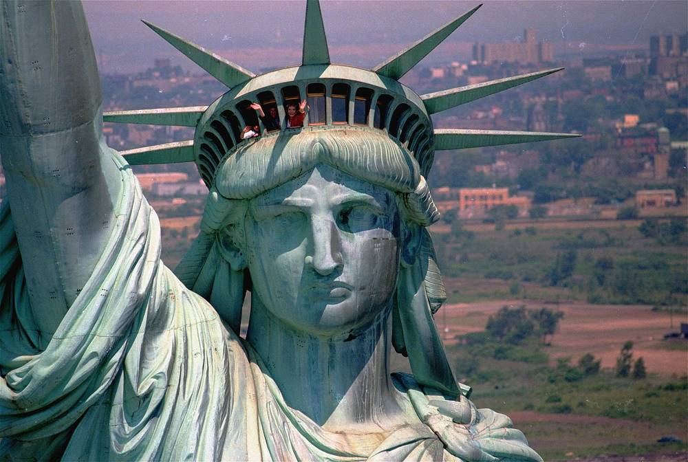 The statue was reopened to the public on July 5, 1986. Photo: Nancy Reagan in the crown of the Statue of Liberty, July 5, 1986