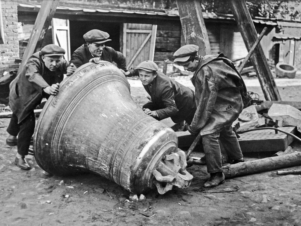 Removing the church bells before sending them to metallurgical plant in Moscow, 1925
