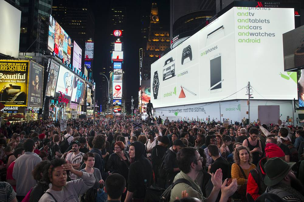 Photo: Protesters at Times Square during a march after the announcement of Ferguson's grand jury decision, New York, US