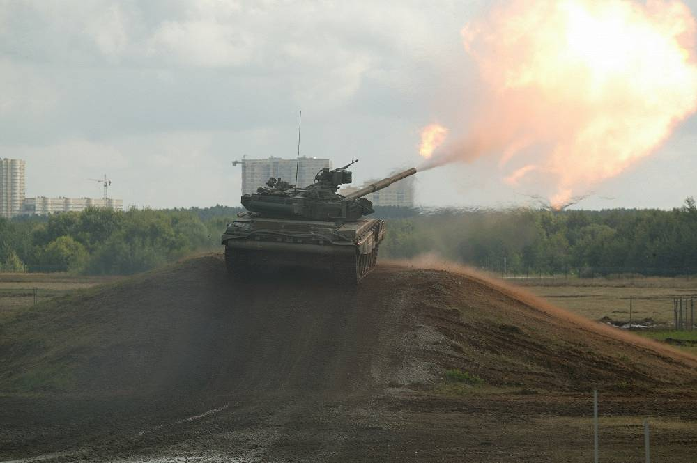 T-90 tank designed and built by Uralvagonzavod uses a 125mm smoothbore tank gun