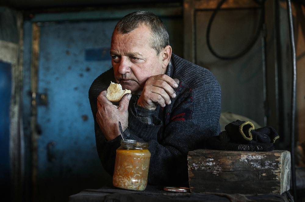 Head of Donetsk self-proclaimed republic Aleksandr Zakharchenko promised to the miners that coal will be delivered to Ukraine only if it will be pre-paid. Photo: A worker having a meal during a break at Kommunarskaya coal mine No 22