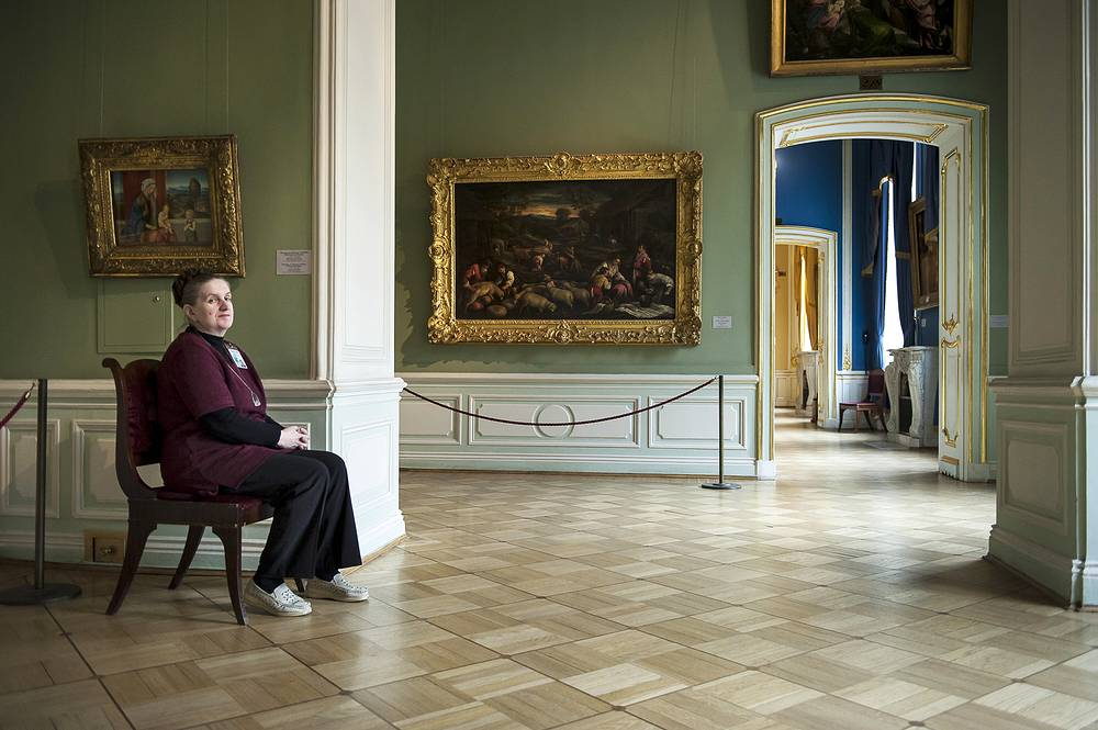 More than 2,5 thousand peoplpe work in Hermitage Museum. 230 custodians and 350 museum attendants are among them