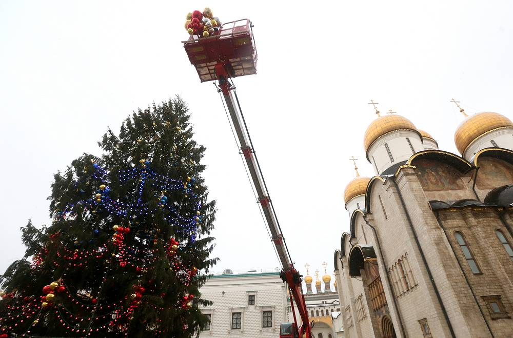 The fir tree was decorated with 3000 baubles of various sizes