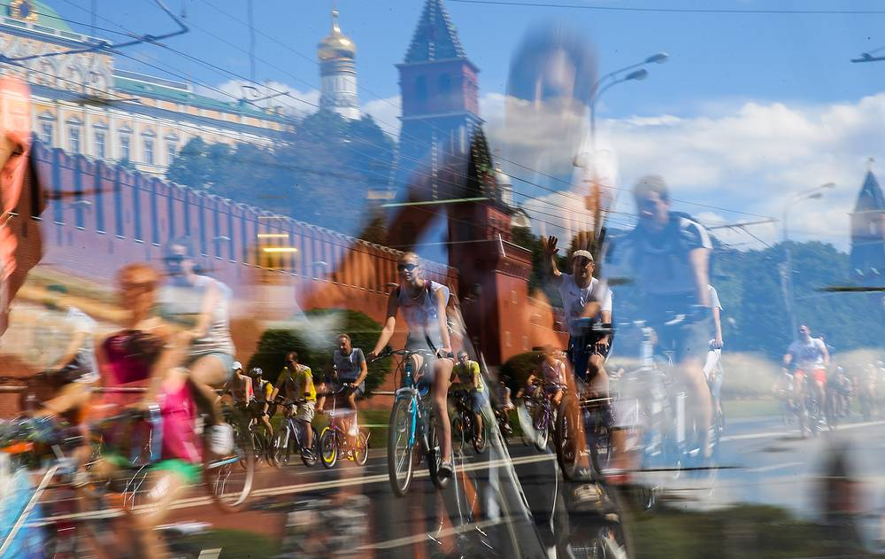 A bicycle ride on Moscow's Kremlin embankment