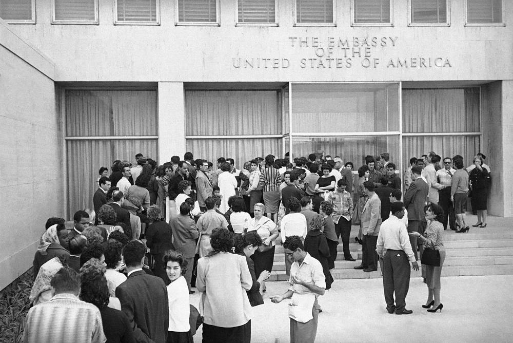 On January 3, 1961 United States broke relations with Cuba and closed its embassy. Photo: Cuban nationals flocked to the American diplomatic mission's headquarters in hopes of obtaining a visa