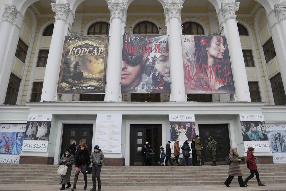 The audience leaving the Donbas Opera Theater after the performance
