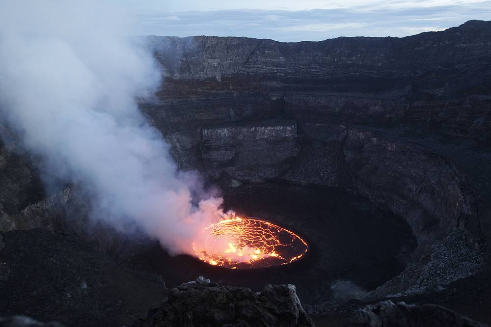 Major eruption of Nyiragongo volcano began on January 17, 2002, after several months of increased seismic activity