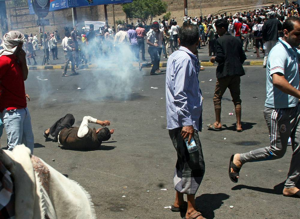 On March 23 it became known that Houthi moved armed fighters to the city of Taiz, they took control of the day before. Photo: Yemeni protesters clashing with Houthi militiamen during a protest against the Houthi takeover of several state facilities in the central city of Taiz, Yemen, 22 March 2015