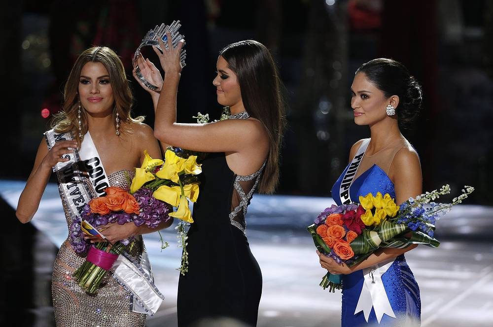 Former Miss Universe Paulina Vega removing the crown from Miss Colombia Ariadna Gutierrez