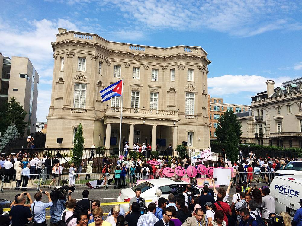 The Cuban Embassy was opened in Washington on July 20, 2015. Photo: The Cuban flag is seen after being raised over the re-opened Cuban embassy in Washington