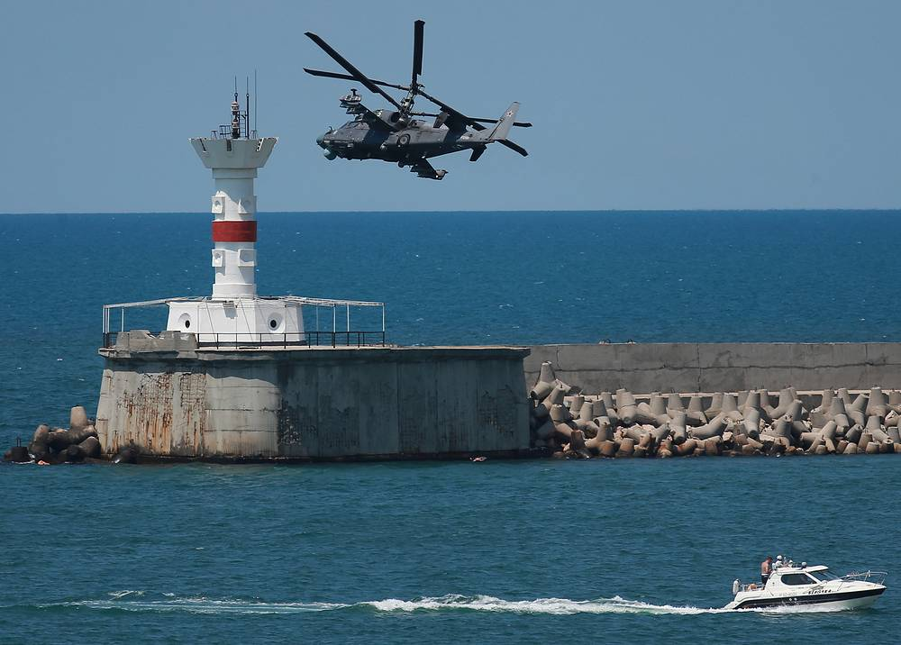 Mi 28N helicopter from the Berkuty [Golden Eagles] aerobatic team performs stunts over Sevastopol during the closing ceremony of the 2016 Aviadarts military aviation competition in Crimea