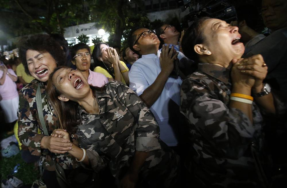 Thai people cry after Royal Palace's announcement about the death of King Bhumibol Adulyadej  in Bangkok, Thailand, October 13
