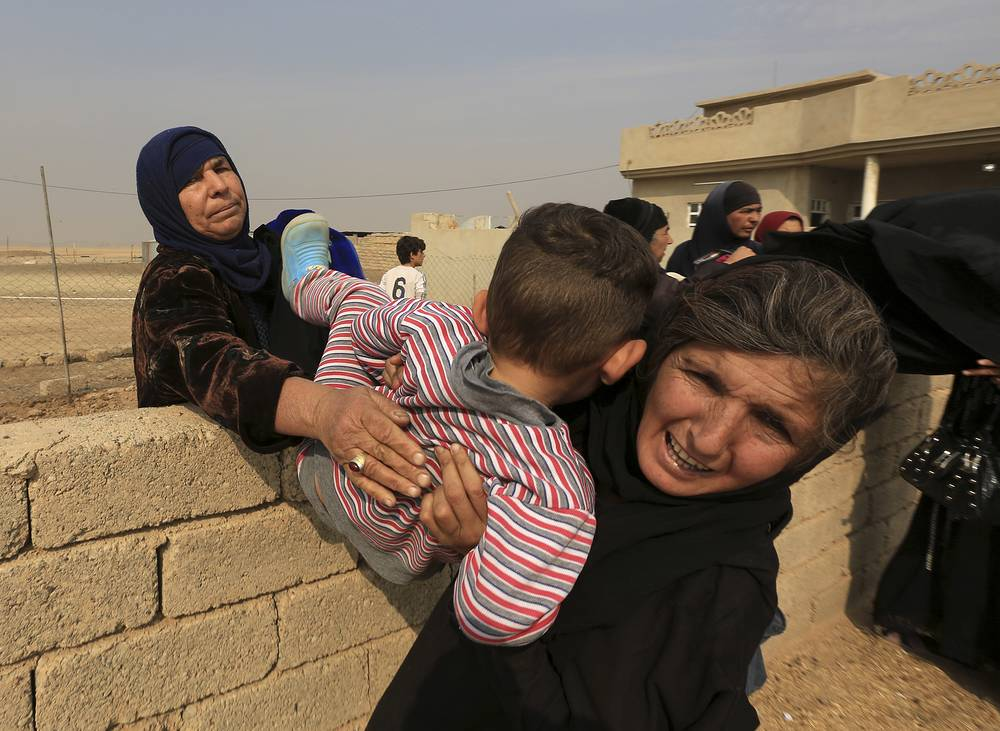 Civilians flee their houses, as Iraq's elite counterterrorism forces fight against IS militants, in the village of Tob Zawa, outside Mosul