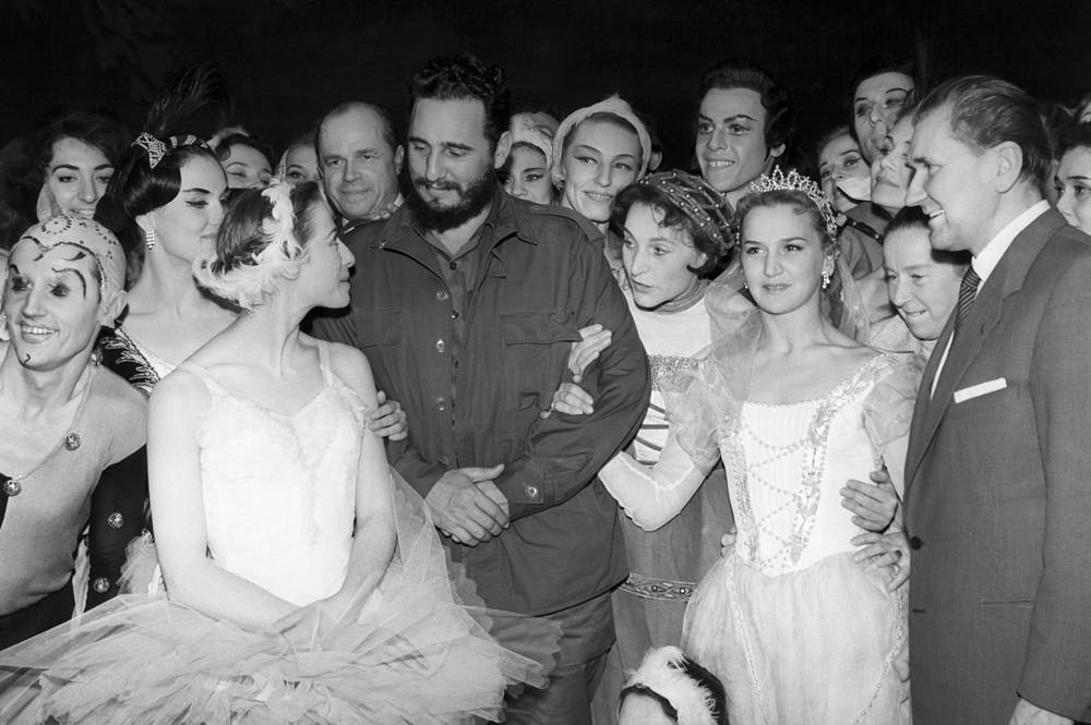 Fidel Castro and Maya Plisetskaya with a company of the Bolshoi Theatre, 1963