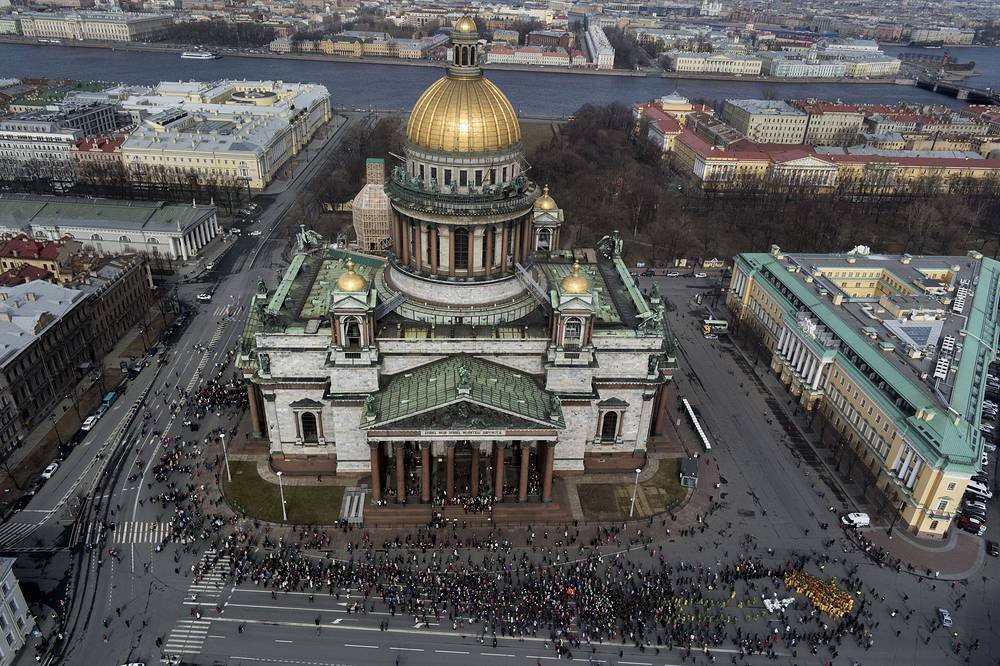 The cathedral's main dome rises 101.5 metres and is plated with pure gold. Photo: The Palm Sunday procession around the St. Isaak's Cathedral in St. Petersburg, 2014