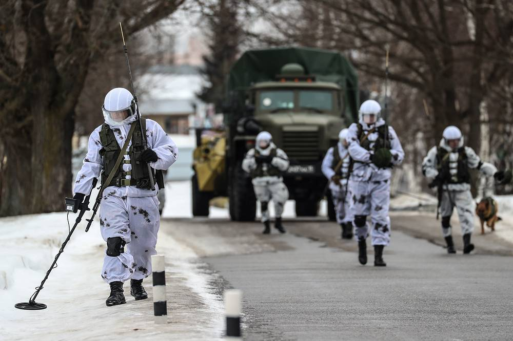 Soldiers of Russia's National Guard Service with mine detectors take part in a combat training
