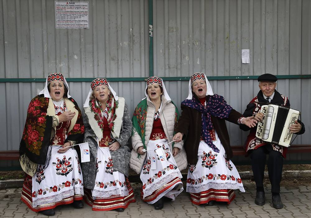 Women wearing Belarusian national dress sing a song as they take part in a national festival marking the end of harvest collection in the town of Smolevichi, Belarus, October 7