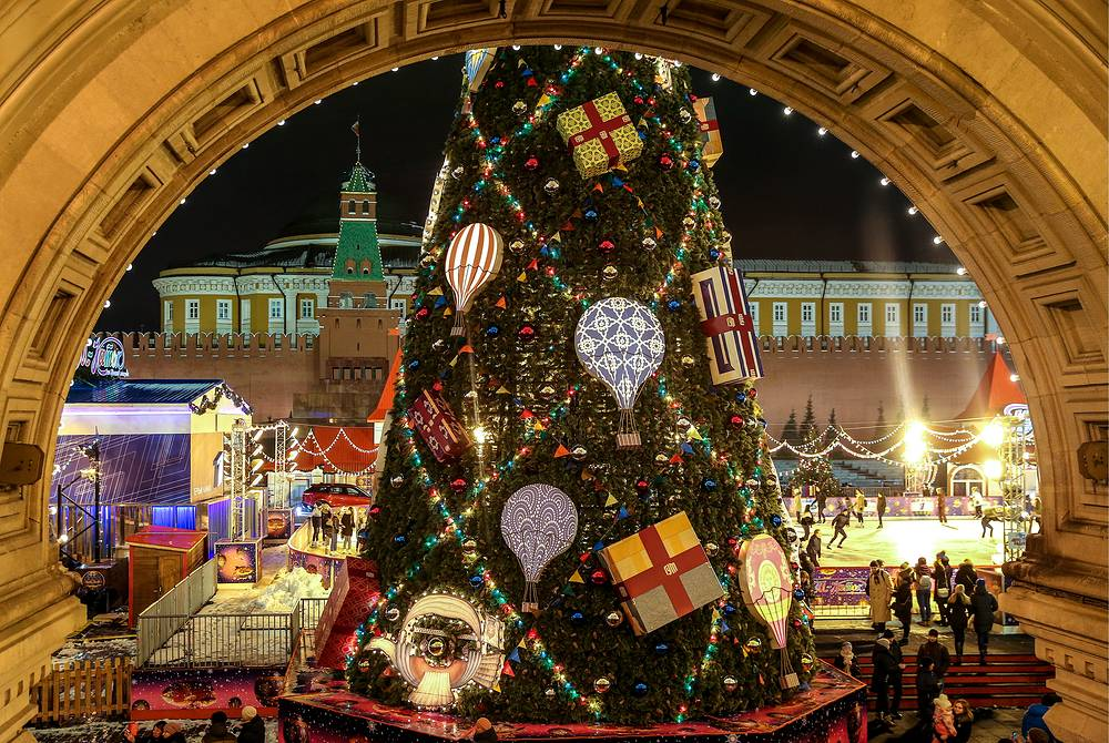 A Christmas tree decorated for the GUM Fair