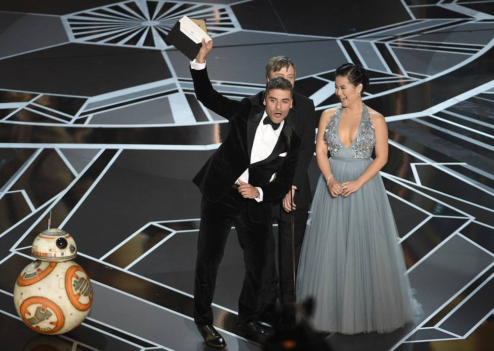BB-8, Oscar Isaacs, Mark Hamill and Kelly Marie Tran present the award for best animated short