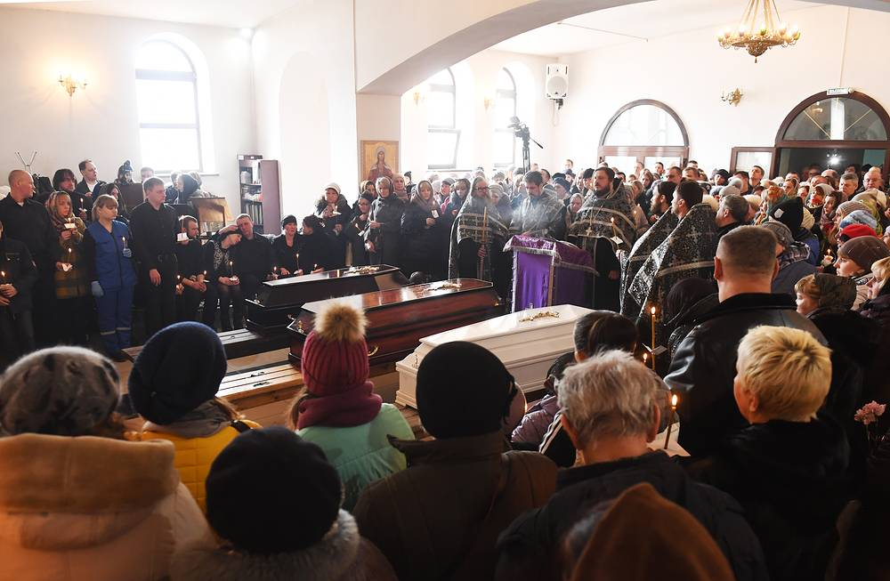 People attend the funeral of the Zhimnyaya Vishnya shopping mall fire victims at the Holy Trinity Cathedral, Kemerovo