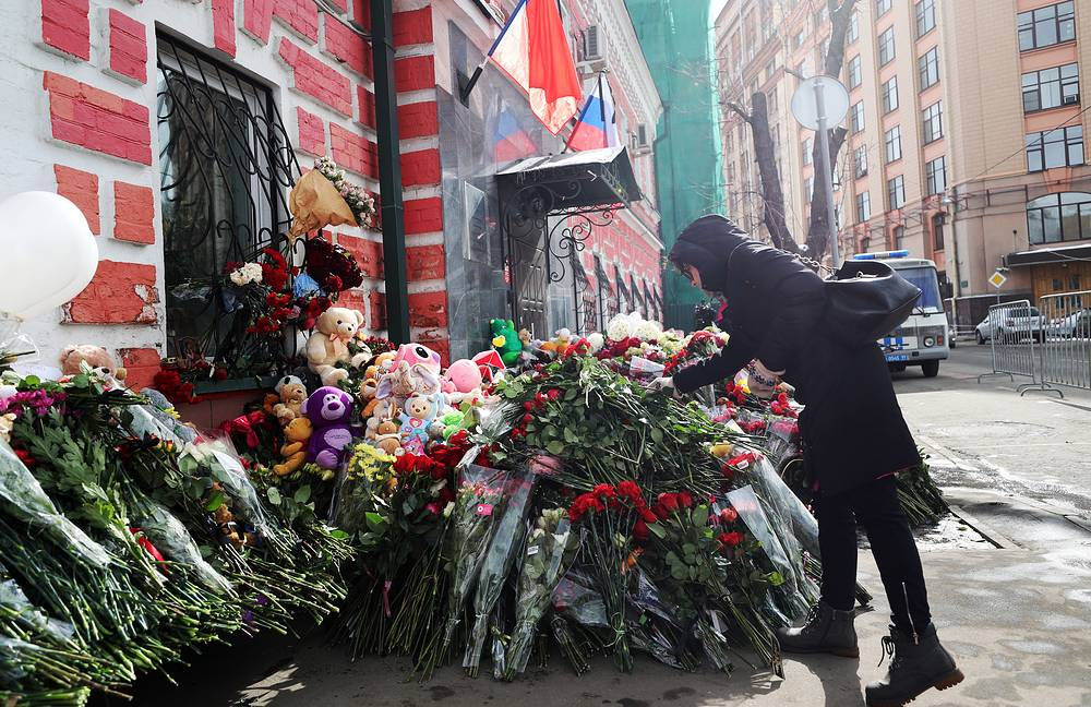 People bring flowers to the Kemerovo region representative office in Moscow to pay tribute to the victims of the March 25 fire at the Zimnyaya Vishnya shopping centre killing 64, many of them children, in Kemerovo
