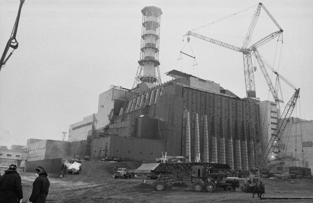 A general view of the sarcophagus over the 4th power unit under construction