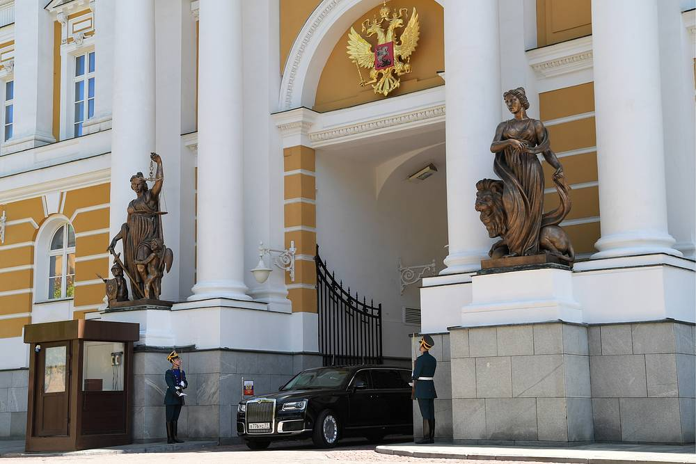 After Russian premium cars of Cortege project are ready in all of their modifications for government officials, they will be freely sold on the market.