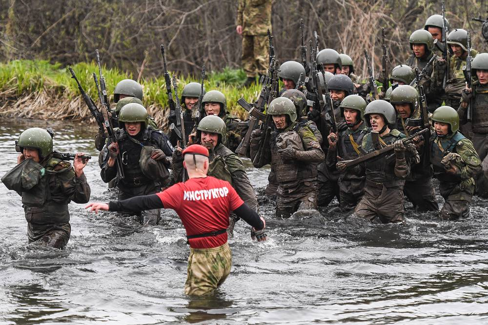 Servicemen of a special task force unit of the Siberian District Troops of the Russian National Guard take qualification tests to earn the maroon beret at the Gorny training center