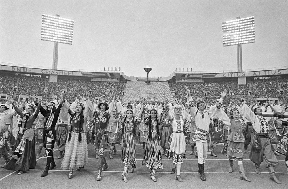"""Friendship between peoples"" dance performance at Lenin stadium in Moscow, July 18, 1980"