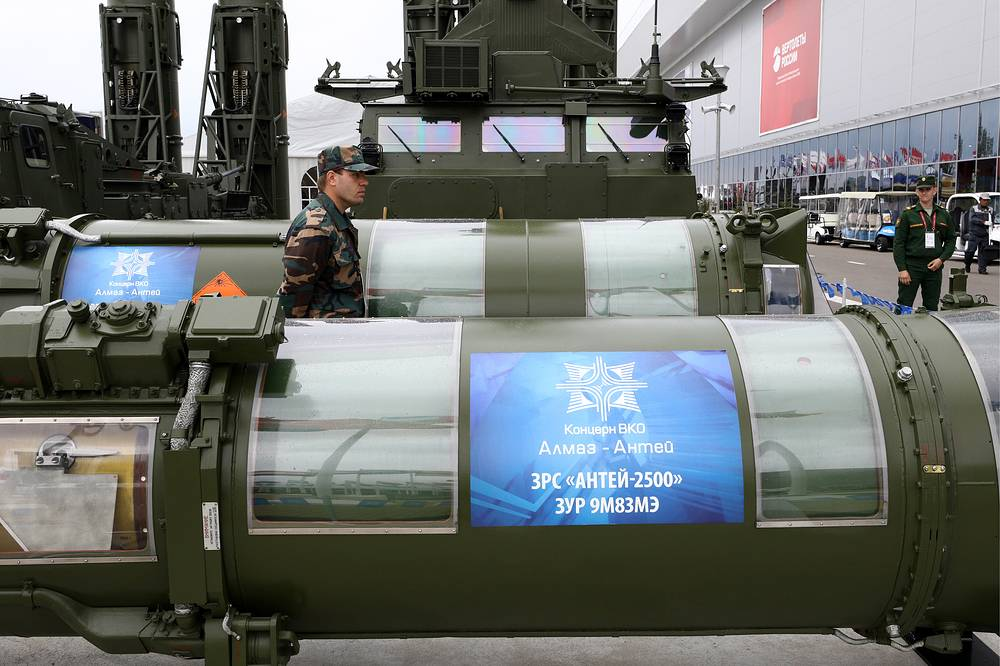 9M83ME surface-to-air missiles of an S-300VM 'Antey-2500' missile system