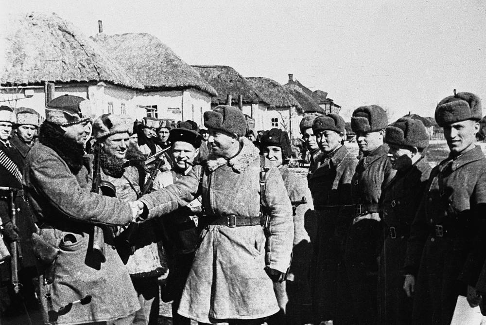 Kursk partisans meeting with Soviet soldiers, 1943