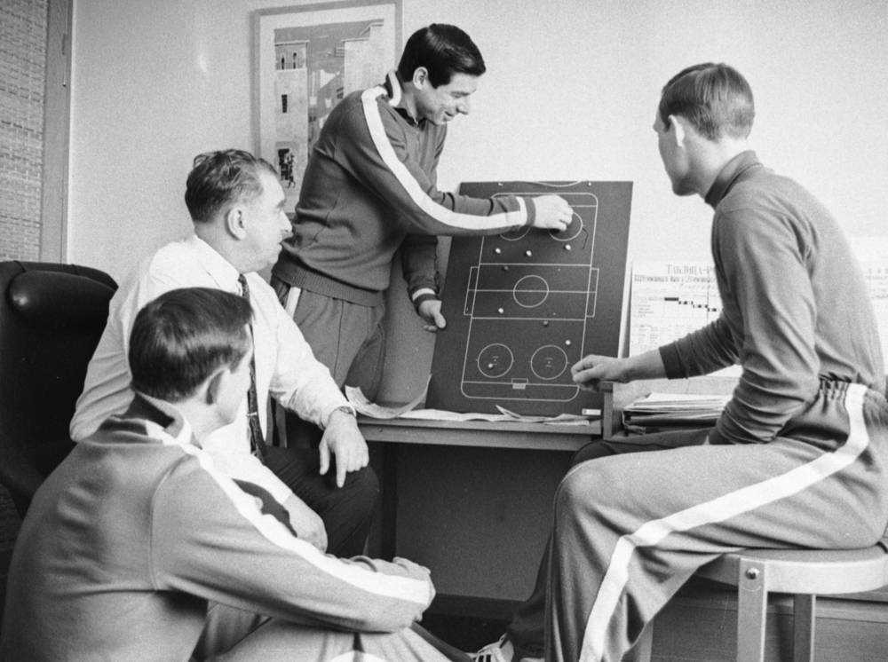 Anatoly Tarasov (second from left) analyzing the game, 1969