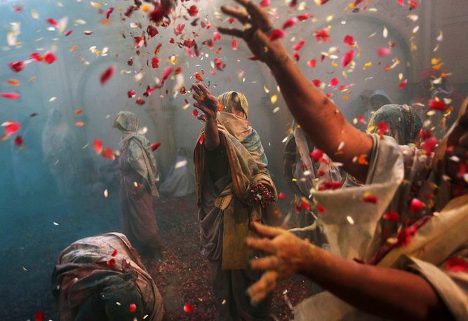 Holi festival, also known as the 'festival of colors' in the Indian city of Vrindavan. The holiday symbolizes coming of spring. March 27, 2013.