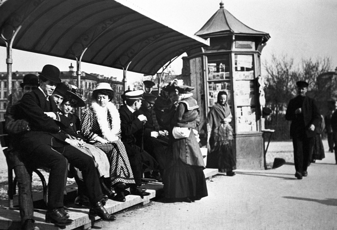 People waiting at a tram stop, 1910