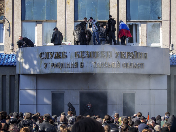 Protesters at the building of Ukrainian security sercive in Luhansk