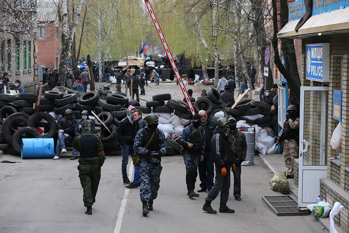 Protesters demanding federalization of the country occupied the local departments of the police and the Ukrainian Security Service