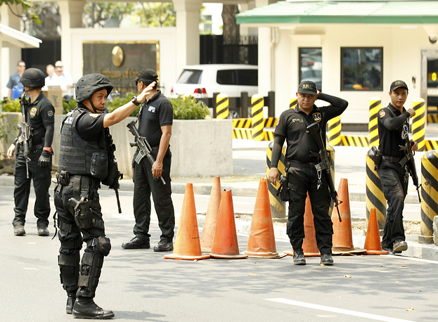 Filipino SWAT personell on guard in front of the US embassy in Manila