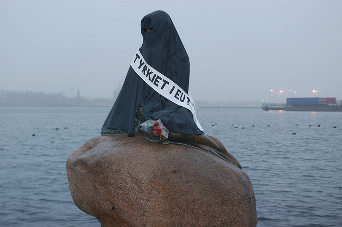 In 2004, the statue was covered with a burqa by protesters against Turkey joining the European Union
