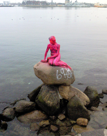 In 2007, it was sprayed with pink paint