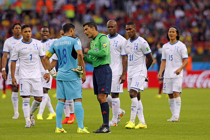 Brazilian referee Sandro Ricci explains that the goal line technology confirmed the 2-0 goal for France