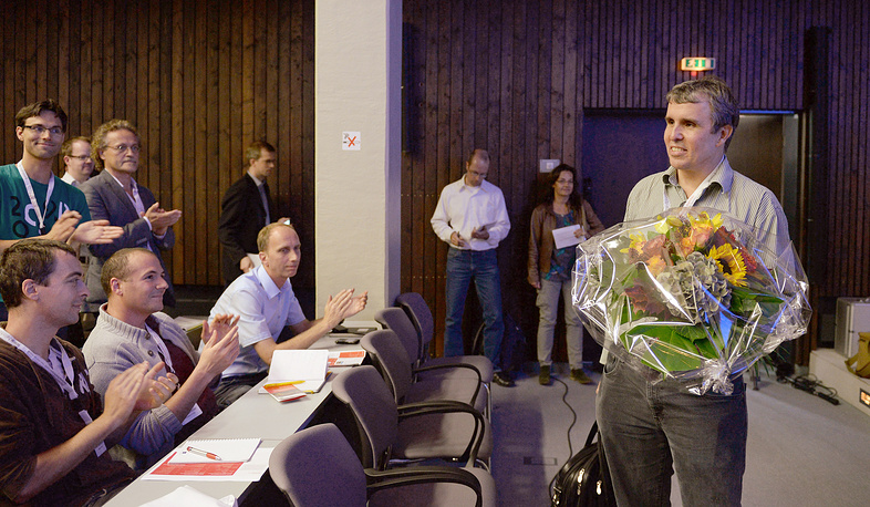 Photo: Eric Betzig is applauded by students as he enters the auditorium at the Helmholtz center in Neuherberg, Germany, 08 October 2014